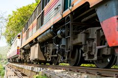 Τρέξιμο τραίνων στο σιδηρόδρομο θανάτου σε Kanchanaburi, Ταϊλάνδη Στοκ εικόνα με δικαίωμα ελεύθερης χρήσης