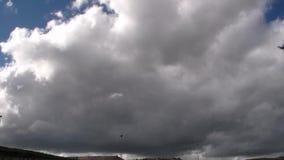 Τρέξιμο των άσπρων σύννεφων στο μπλε ουρανό απόθεμα βίντεο