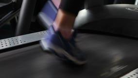 Τρέξιμο treadmill στη γυμναστική απόθεμα βίντεο