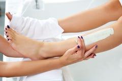 Τρέφοντας moisturizer πόδια γυναικών μασκών Aplying Στοκ εικόνα με δικαίωμα ελεύθερης χρήσης