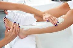 Τρέφοντας moisturizer πόδια γυναικών μασκών Aplying Στοκ φωτογραφίες με δικαίωμα ελεύθερης χρήσης