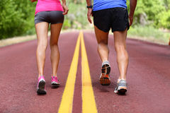 Τρέχοντας άνθρωποι - δρομείς που τα παπούτσια και τα πόδια Στοκ Φωτογραφίες