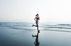 Τρέχοντας άσκηση που εκπαιδεύει την υγιή έννοια παραλιών τρόπου ζωής στοκ εικόνα με δικαίωμα ελεύθερης χρήσης