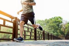 Τρέχοντας άτομο Αρσενικός δρομέας να τρέξει γρήγορα την κατάρτιση ταχύτητας για το maratho Στοκ Φωτογραφίες
