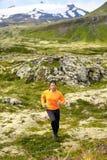 Τρέχοντας άτομο ιχνών στο διαγώνιο τρέξιμο χωρών Στοκ Φωτογραφίες