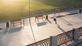 Τρέχοντας άτομο που τρέχει γρήγορα για την επιτυχία στο τρέξιμο Τοπ κατάρτιση δρομέων αθλητών άποψης με τη γρήγορη ταχύτητα στην  φιλμ μικρού μήκους