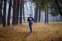 Τρέχοντας ίχνος νεαρών άνδρων στο πάρκο πτώσης Στοκ φωτογραφία με δικαίωμα ελεύθερης χρήσης