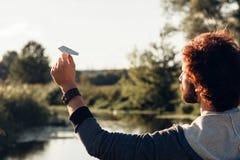 Τρέχοντας αεροπλάνο εγγράφου ατόμων στην πίσω άποψη ποταμών Στοκ φωτογραφίες με δικαίωμα ελεύθερης χρήσης
