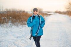 Τρέχοντας αθλήτρια Jogging το χειμώνα υπαίθρια στοκ εικόνα