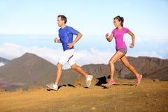 Τρέχοντας αθλητισμός - ζεύγος δρομέων στο τρέξιμο ιχνών Στοκ εικόνα με δικαίωμα ελεύθερης χρήσης