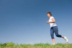 τρέχοντας ανώτερη γυναίκα Στοκ Φωτογραφία