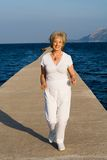 τρέχοντας ανώτερη γυναίκα Στοκ Φωτογραφίες