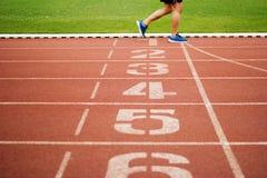 Τρέχοντας αριθμός διαδρομής και τρέχοντας άσκηση αθλητισμού στις διαδρομές Στοκ φωτογραφία με δικαίωμα ελεύθερης χρήσης