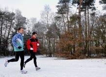 τρέχοντας γιος μητέρων wintertime Στοκ Εικόνες