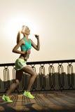 τρέχοντας γυναίκα Ο δρομέας στην ανατολή Θηλυκός τρόπος ικανότητας στοκ φωτογραφία