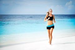 τρέχοντας γυναίκα παραλι Στοκ Φωτογραφίες