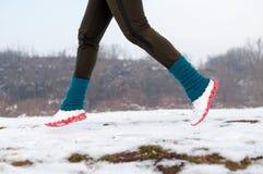 τρέχοντας γυναίκα χιονι&omicro Στοκ Εικόνες