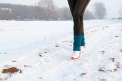 τρέχοντας γυναίκα χιονι&omicro Στοκ φωτογραφίες με δικαίωμα ελεύθερης χρήσης