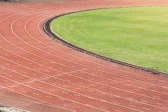 Τρέχοντας διαδρομή στα στάδια με τη χλόη στοκ εικόνες με δικαίωμα ελεύθερης χρήσης