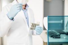 Τρέχοντας εξετάσεις αίματος φαρμακοποιών σε ένα εργαστήριο Στοκ φωτογραφία με δικαίωμα ελεύθερης χρήσης
