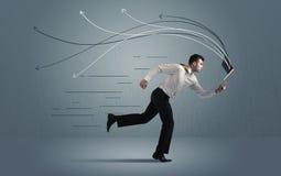 Τρέχοντας επιχειρηματίας με τη συσκευή και συρμένες τις χέρι γραμμές Στοκ Εικόνες