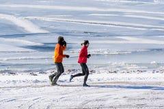 Τρέχοντας ζεύγος σε μια χειμερινή ημέρα Στοκ φωτογραφία με δικαίωμα ελεύθερης χρήσης