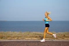 τρέχοντας θερινή γυναίκα &eta Στοκ Φωτογραφία