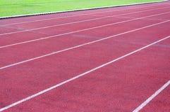 Τρέχοντας διαδρομή και πράσινη χλόη, άμεση τρέχοντας διαδρομή αθλητισμού Στοκ φωτογραφία με δικαίωμα ελεύθερης χρήσης