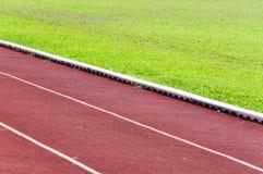 Τρέχοντας διαδρομή και πράσινη χλόη, άμεση τρέχοντας διαδρομή αθλητισμού Στοκ Φωτογραφίες