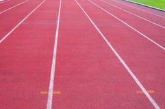 Τρέχοντας διαδρομή και πράσινη χλόη, άμεση τρέχοντας διαδρομή αθλητισμού Στοκ εικόνα με δικαίωμα ελεύθερης χρήσης