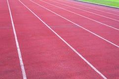 Τρέχοντας διαδρομή και πράσινη χλόη, άμεση τρέχοντας διαδρομή αθλητισμού Στοκ Εικόνες