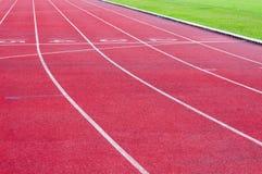 Τρέχοντας διαδρομή και πράσινη χλόη Στοκ εικόνα με δικαίωμα ελεύθερης χρήσης