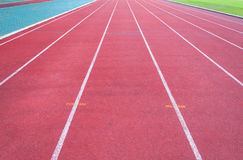 Τρέχοντας διαδρομή και πράσινη χλόη Στοκ φωτογραφία με δικαίωμα ελεύθερης χρήσης