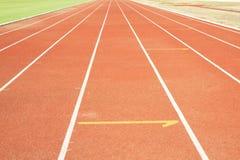 Τρέχοντας διαδρομή με την άσπρη σύσταση γραμμών. Στοκ Φωτογραφία