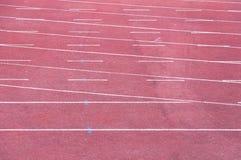Τρέχοντας διαδρομή με την άσπρη σύσταση γραμμών Στοκ φωτογραφία με δικαίωμα ελεύθερης χρήσης
