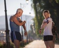 Τρέχοντας διαδρομή προγραμματισμού ζευγών Jogging και θέτοντας μουσική Στοκ Εικόνα
