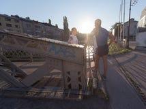 Τρέχοντας διαδρομή προγραμματισμού ζευγών Jogging και θέτοντας μουσική Στοκ φωτογραφίες με δικαίωμα ελεύθερης χρήσης