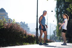 Τρέχοντας διαδρομή προγραμματισμού ζευγών Jogging και θέτοντας μουσική Στοκ εικόνες με δικαίωμα ελεύθερης χρήσης