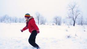 Τρέχοντας κορίτσι που πηδά στο χειμερινό τοπίο