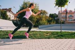 Τρέχοντας κορίτσι στην παραλία Στοκ φωτογραφίες με δικαίωμα ελεύθερης χρήσης