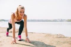 Τρέχοντας κορίτσι στην παραλία Στοκ Εικόνες