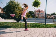 Τρέχοντας κορίτσι στην παραλία Στοκ Εικόνα