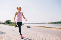 Τρέχοντας κορίτσι στην παραλία Στοκ εικόνες με δικαίωμα ελεύθερης χρήσης