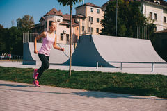 Τρέχοντας κορίτσι στην παραλία Στοκ φωτογραφία με δικαίωμα ελεύθερης χρήσης