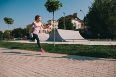 Τρέχοντας κορίτσι στην παραλία Στοκ Φωτογραφίες