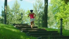 Τρέχοντας κορίτσι στο κλιμακοστάσιο σε σε αργή κίνηση Αφρικανικό να δημιουργήσει γυναικών στα σκαλοπάτια απόθεμα βίντεο