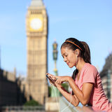 Τρέχοντας κορίτσι του Λονδίνου που ακούει τη μουσική smartphone Στοκ εικόνα με δικαίωμα ελεύθερης χρήσης