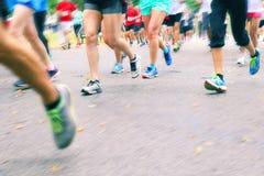 Τρέχοντας μαραθώνιος - κλείστε επάνω του τρεξίματος ποδιών Στοκ φωτογραφία με δικαίωμα ελεύθερης χρήσης