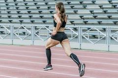 τρέχοντας νεολαίες γυν&alp Στοκ εικόνα με δικαίωμα ελεύθερης χρήσης