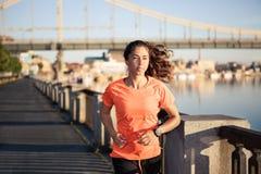τρέχοντας νεολαίες γυν&alp Στοκ Εικόνες